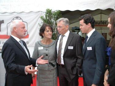 Peter Böge, Präsident der INTEX begrüßt Familie Schöll. v.l.: Peter Böge, Maria Schöll, Ulrich Schöll, Matthias und Lisa Schöll