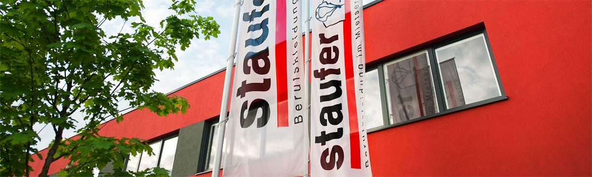 Firmengebäude mit Fahnen © DBL Staufer