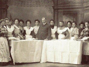 """1891 wurde das Unternehmen durch Kunikunde Staufer gegründet. Das Foto um 1905 zeigt die """"Dampfwaschanstalt Wittelsbach"""" in München."""