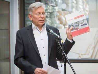 Ulrich Schöll, Geschäftsführender Gesellschafter von Staufer, präsentiert die Jubiläumsbroschüre © Carolin Tietz